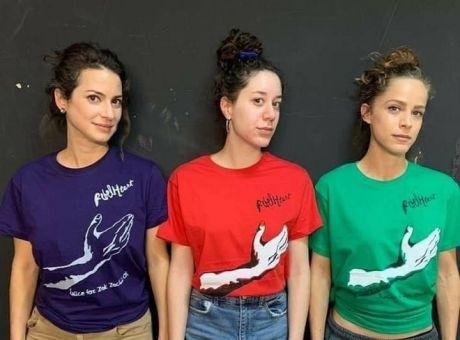 """Οι πρωταγωνίστριες της σειράς """"Άγριες Μέλισσες"""" με μπλουζάκια για τον Ζακ"""