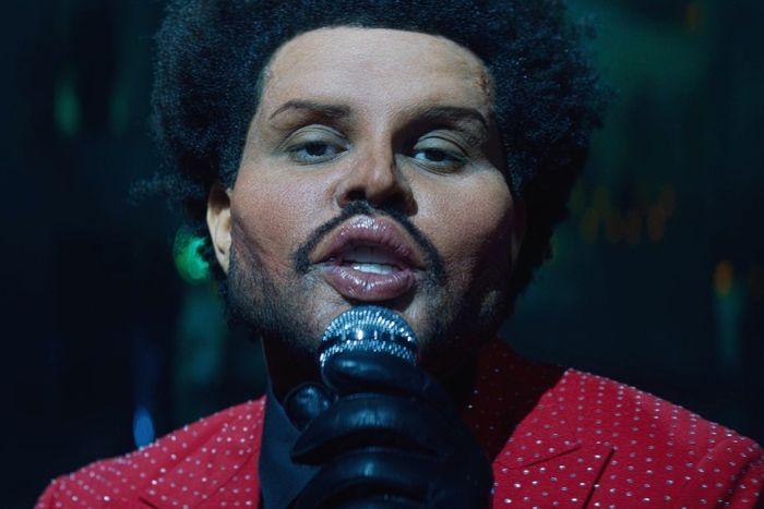 Ο The Weeknd στο νέο του βίντεο κλιπ με