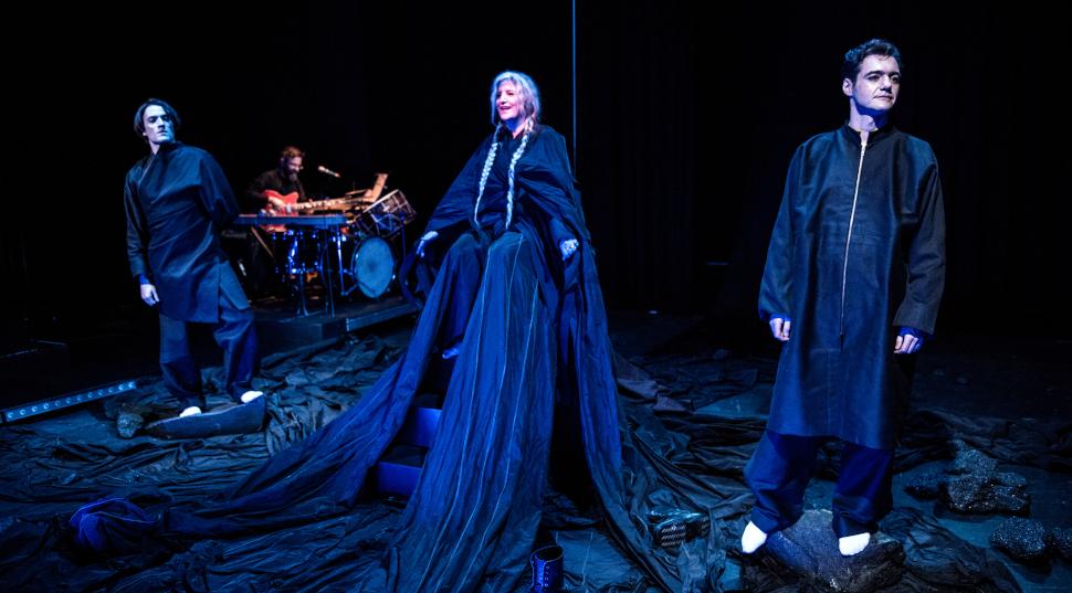 """Η Μάρθα Φριντζήλα με τον Ανδρέα Κωνσταντίνου και Θάνο Τοκάκης στη """"Μήδεια"""" της Ερευνητικής Σκηνής, © Karol Jarek"""