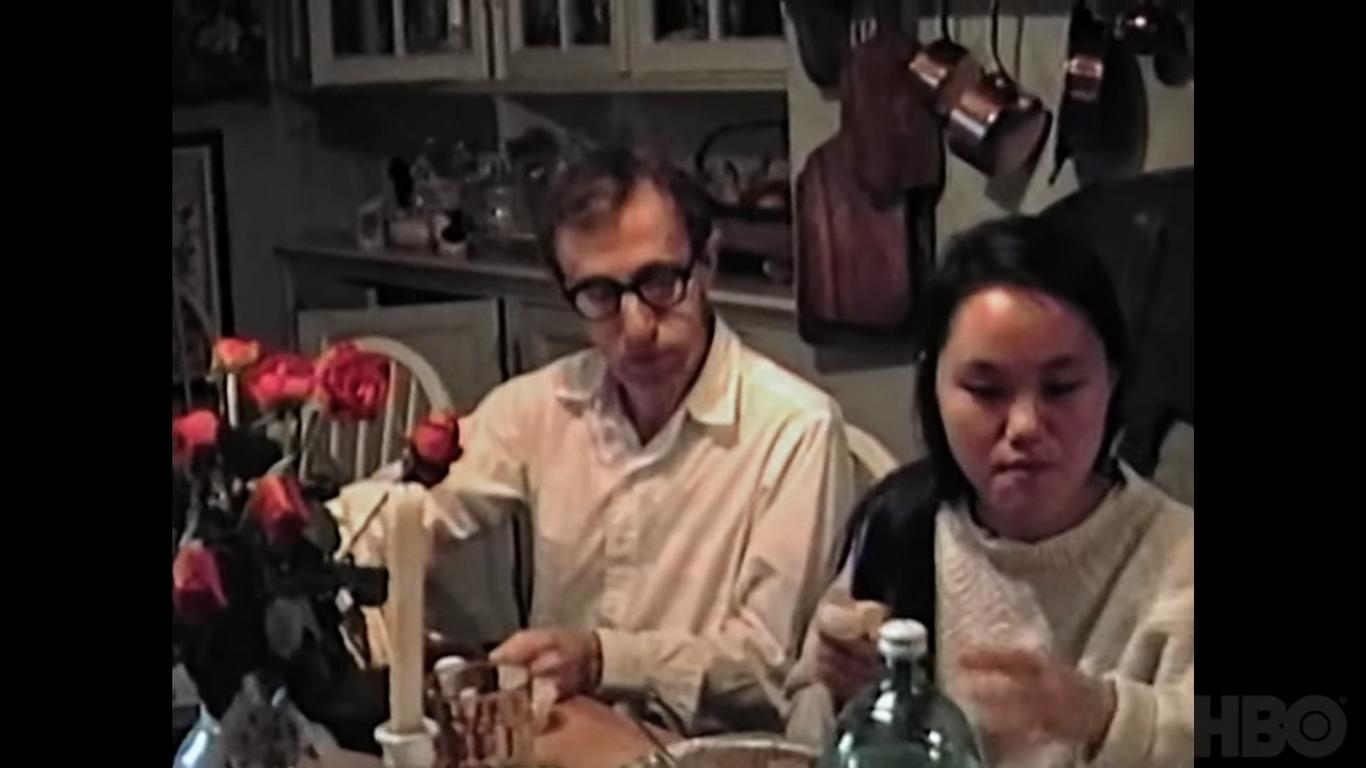 Γούντι Άλεν και Σουν-Γι Πρεβίν σε οικογενειακό τραπέζι των Φάροου, credits: HBO