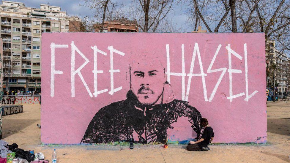 Γκράφιτι στη Βαρκελώνη για στήριξη του Ισπανού ράπερ που συνελήφθη χθες
