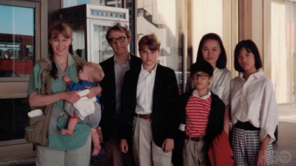 """Οικογενειακή φωτογραφία των Μία Φάροου-Γούντι Άλεν, φωτογραφία από το ντοκιμαντέρ """"Alen v Farrow"""", credits: HBO"""