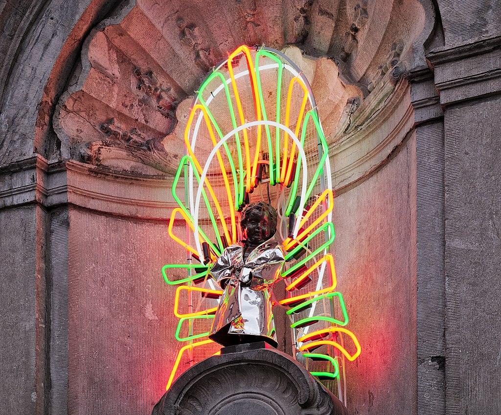 Μάνεκεν Πις: Το 2018 φόρεσε την 1000η φορεσιά του ως φόρο τιμής στο εμβληματικό κτίριο των Βρυξελλών, Atomium, φωτογραφία/credits: Trougnouf (Benoit Brummer)