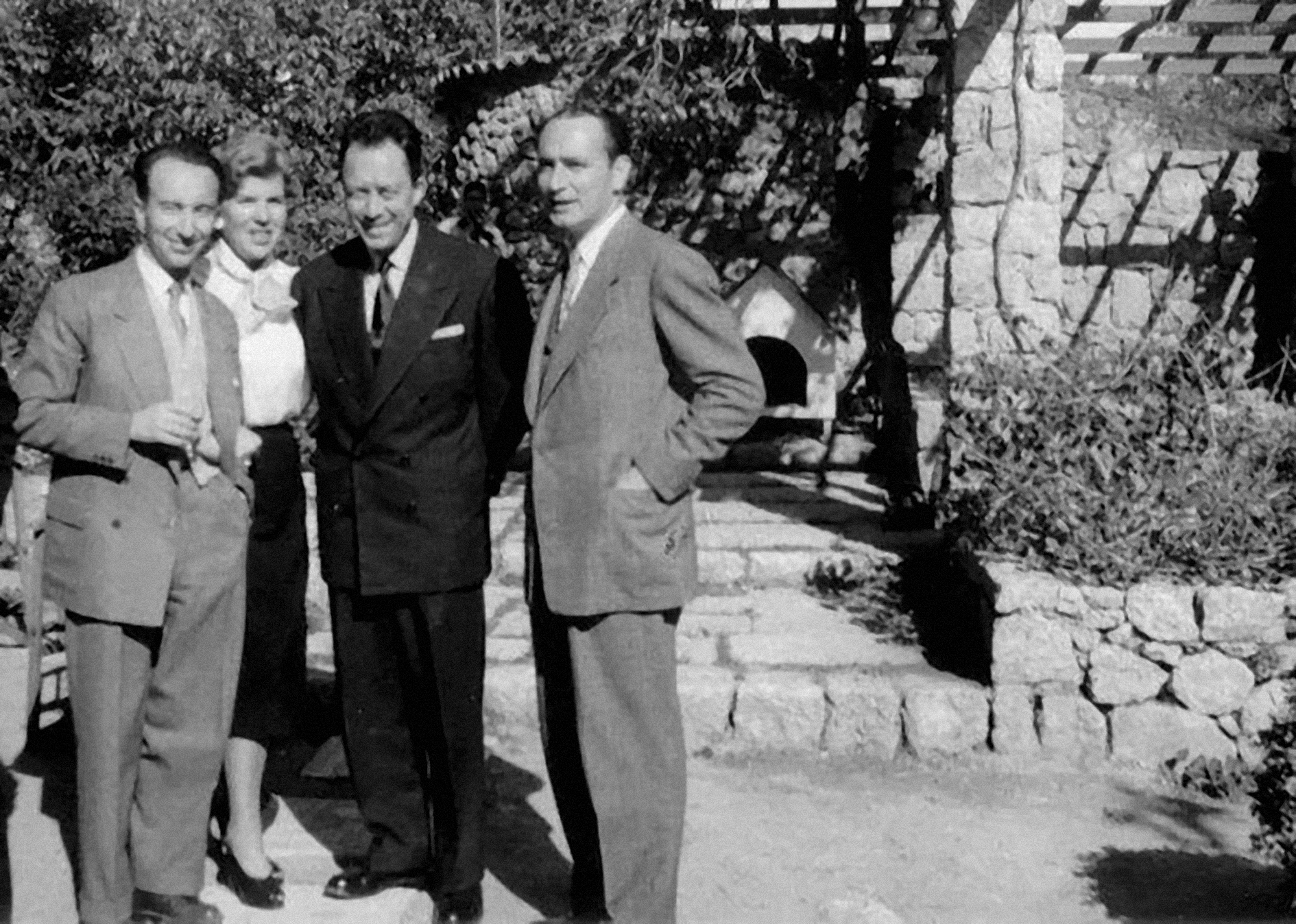 Ο Albert Camus με τη Λητώ Κατακουζηνού στο σπίτι του Γάλλου Μορφωτικού Ακολούθου Albert Fequant στην Κηφισιά στις 27.4.1955
