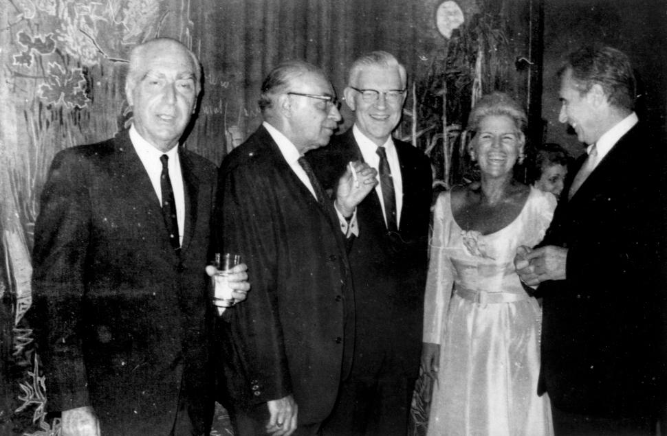 Ο Άγγελος και η Λητώ Κατακουζηνού με τον Νίκο Χατζηκυριάκο-Γκίκα μπροστά από το έργο του Τέσσερις Εποχές.