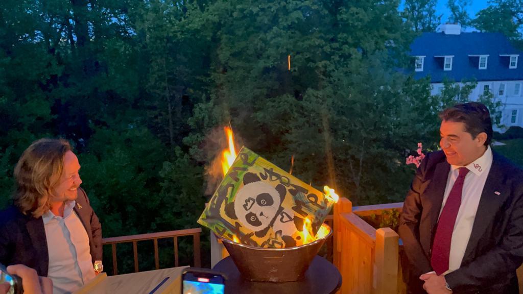 O Paolo Zampolli και ο Brock Pierce βάζουν φωτιά σε έργο του Domingo Zapata