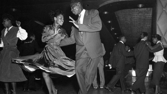 Κάθε βράδυ, η λαμπερή πίστα του Savoy γέμιζε με χιλιάδες χορευτές- πάνω από 700.000 ετησίως! © AP images/Hans von Nolde