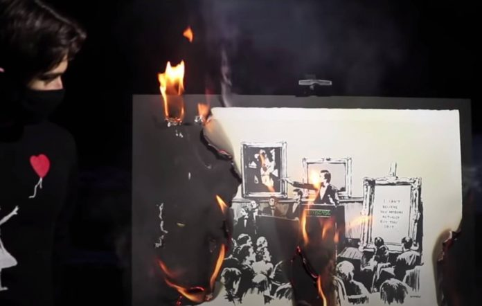 Οι νεαροί επενδυτές κρυπτονομισμάτων καίνε τον πίνακα του Banksy. Φωτογραφία: YouTube