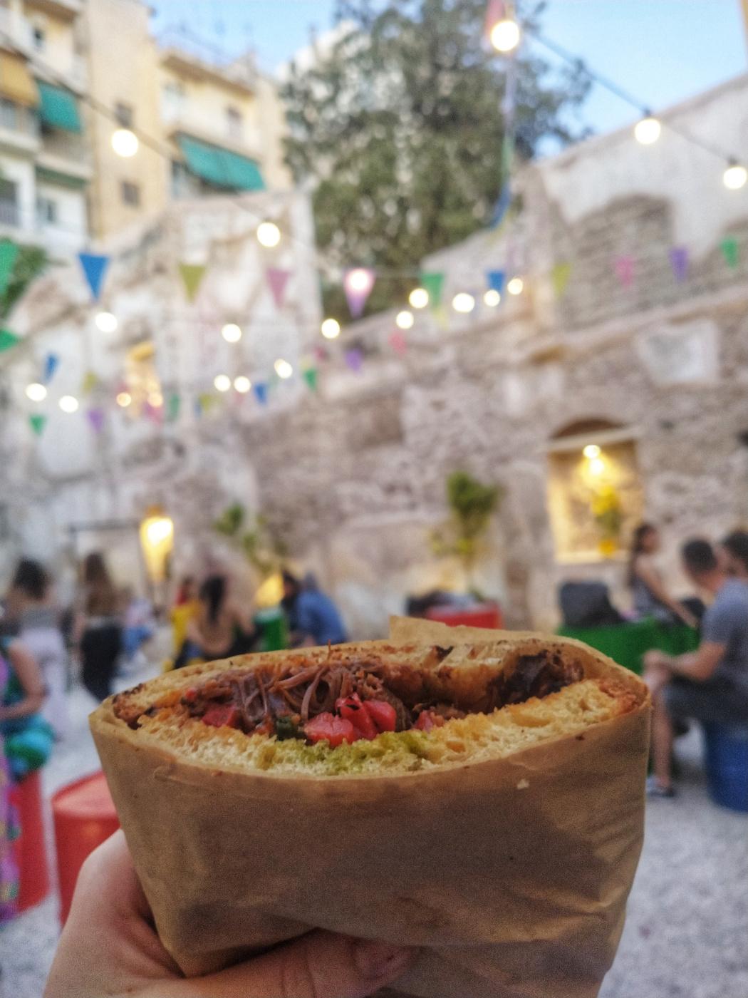 Σάντουιτς με κοκκινιστό μοσχαράκι, πιπεριές Φλωρίνης και πέστο στη Γαλιάντρα, φωτογραφία: monopoli.gr
