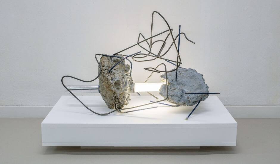 Μέσα από τα συντρίμμια / Through the rubble (2017)