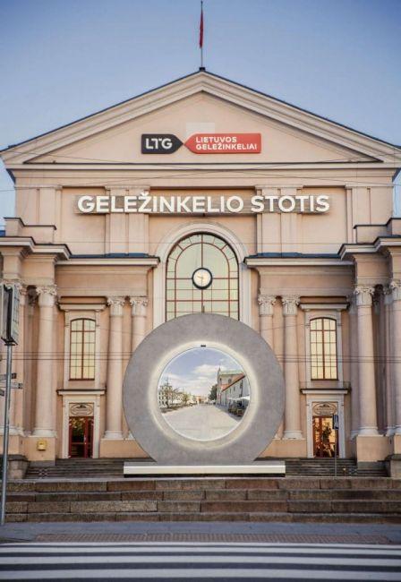 Το κυκλικό σχήμα της πύλης αντιπροσωπεύει τον χωροχρόνο, ενώ ο μινιμαλιστικός σχεδιασμός με φωτισμό LED επιλέχθηκε για να απεικονίσει την εικόνα μιας μελλοντικής πόλης. © VilniusTech