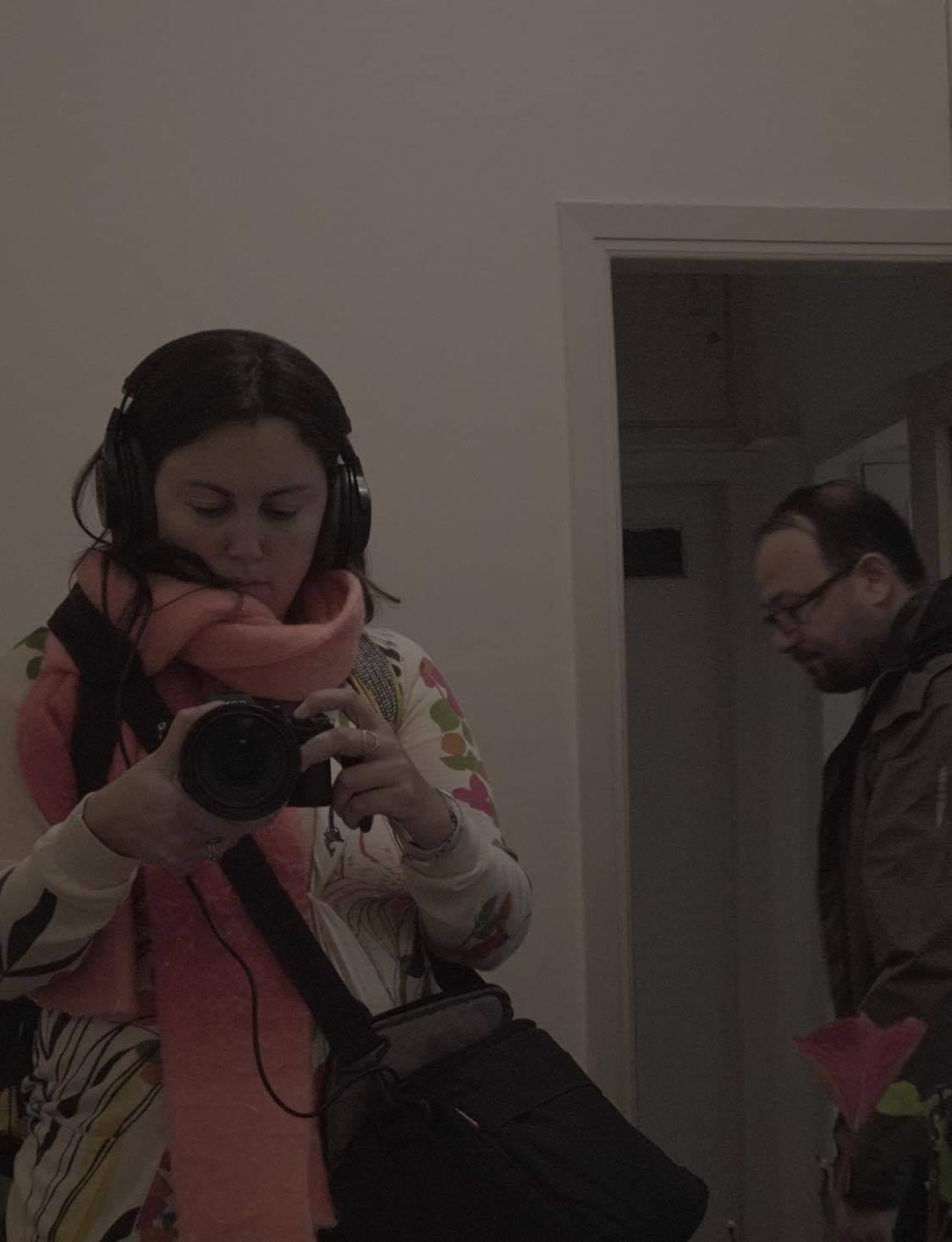 """Η Μαριάννα Κακαουνάκη κατά τη διάρκεια των γυρισμάτων για το ντοκιμαντέρ """"Οι Αόρατοι"""""""