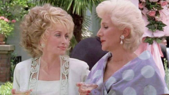 """Η Ντόλι Πάρτον και η Ολυμπία Δουκάκη στην ταινία """"Steel Magnolias"""""""