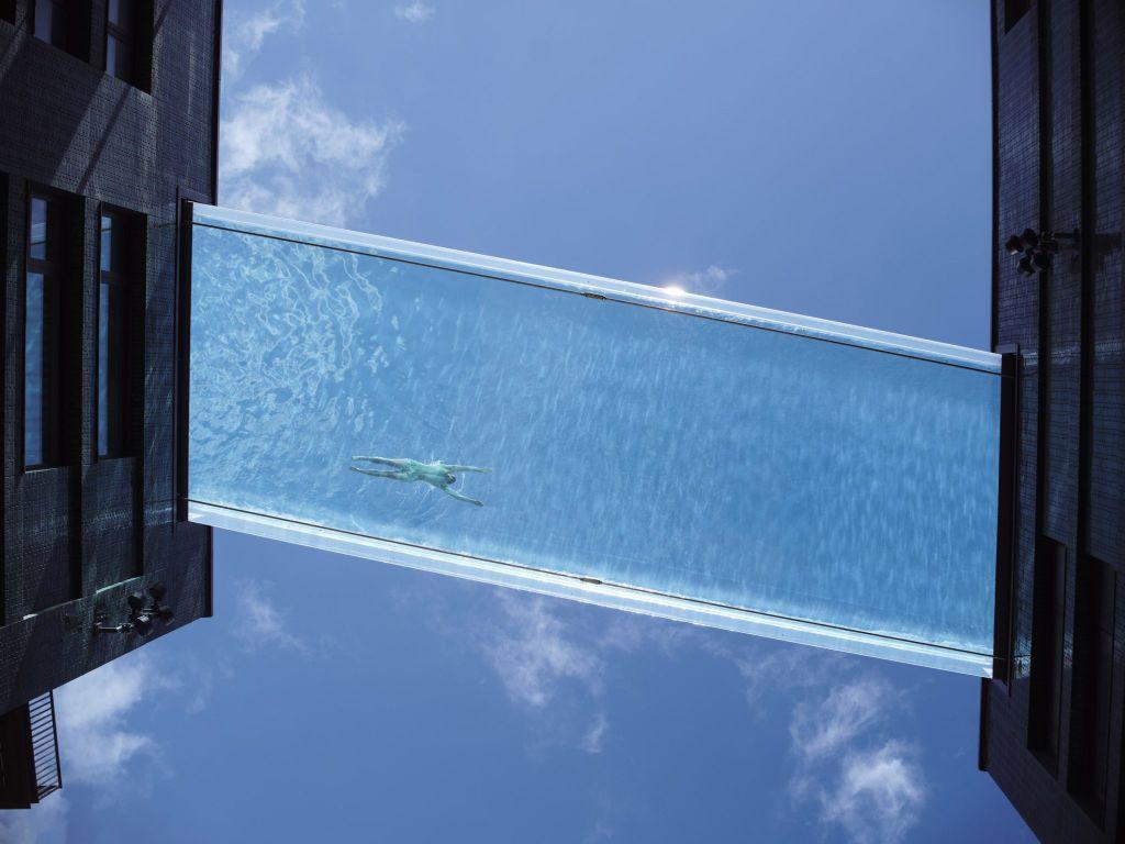 Η πρώτη διάφανη και αιωρούμενη πισίνα, photo credits: Simon Kennedy