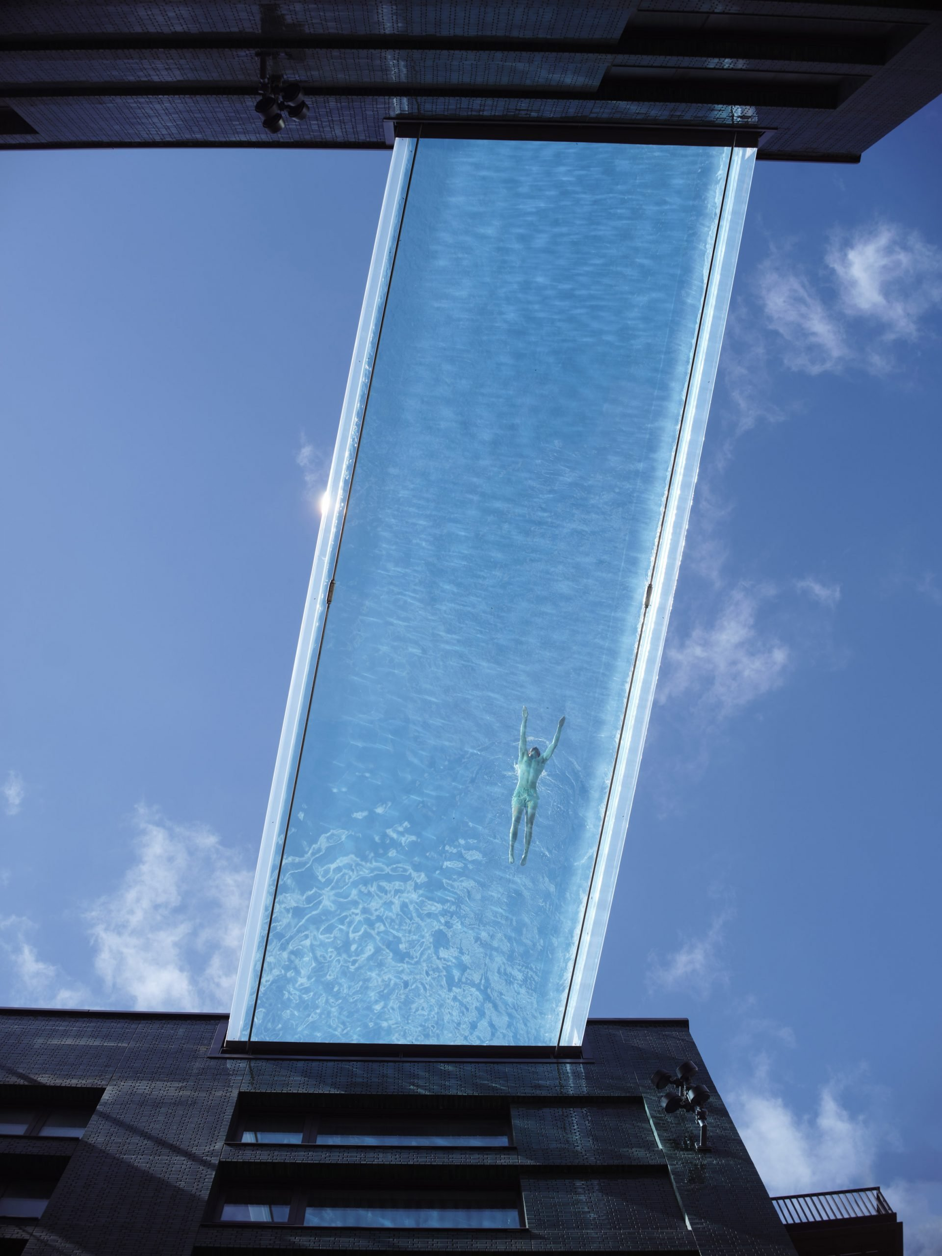 Η πρώτη διάφανη πισίνα, photo credits: Simon Kennedy