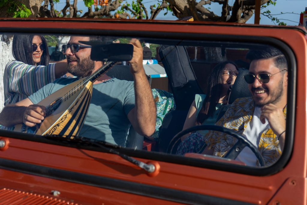 Tou Topou: Οι Topos μας συστήνονται μέσα από ένα καλοκαιρινό βίντεο κλιπ