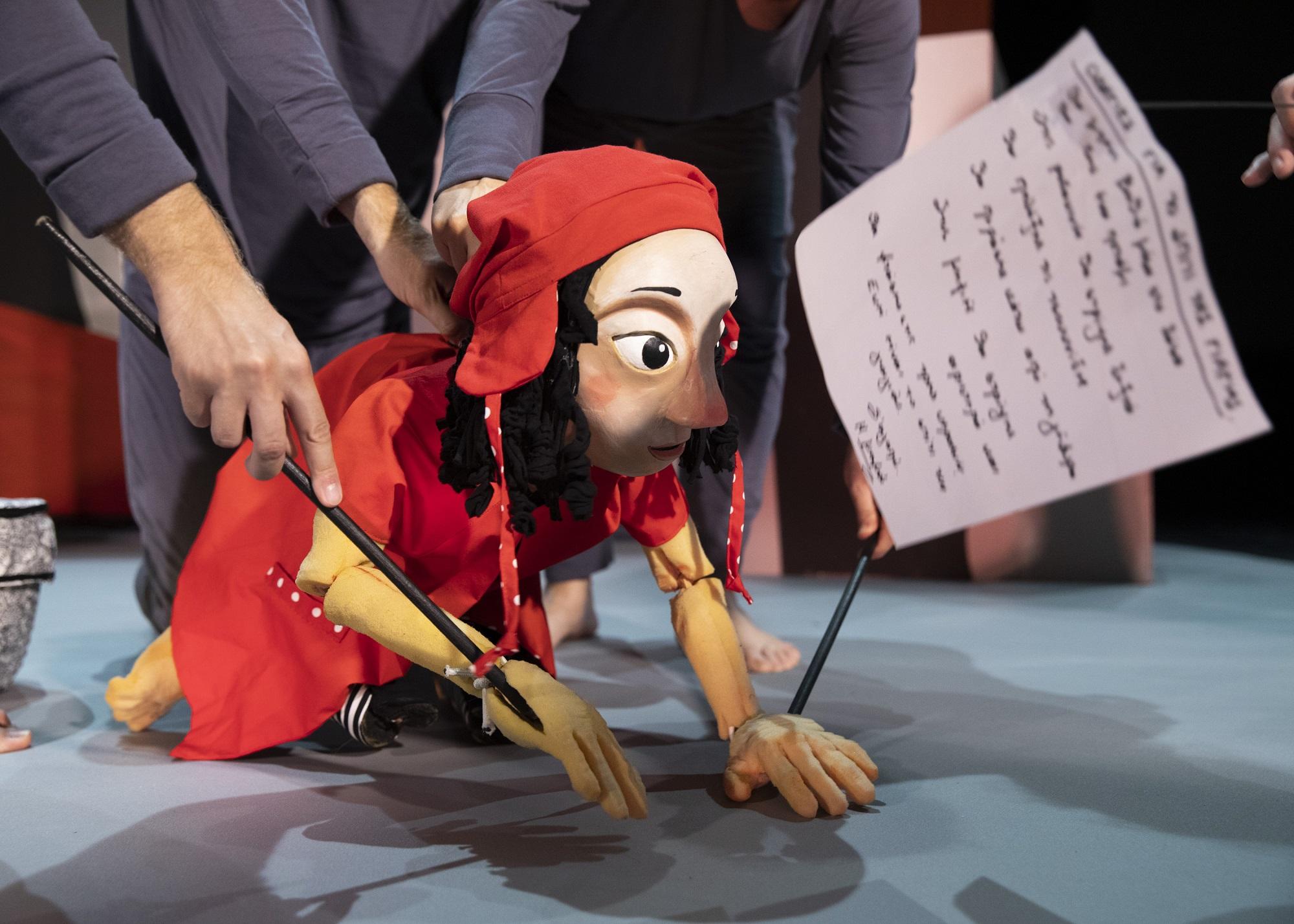 Η Κοκκινοσκουφίτσα με τα άγρια φύλλα σε σκηνοθεσία της Έλενας Μαυρίδου ξεκινάει την περιοδεία της