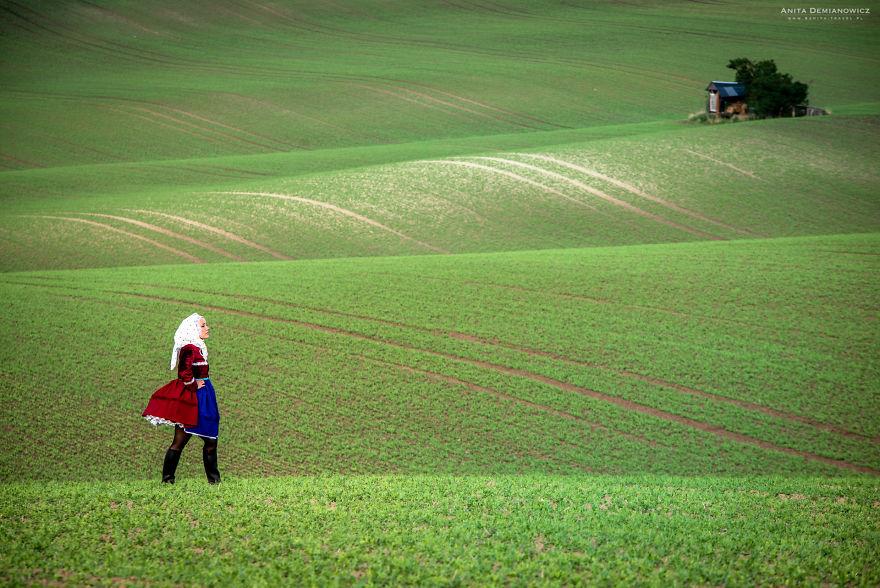 Στην Τσεχία με την παραδοσιακή φορεσιά της