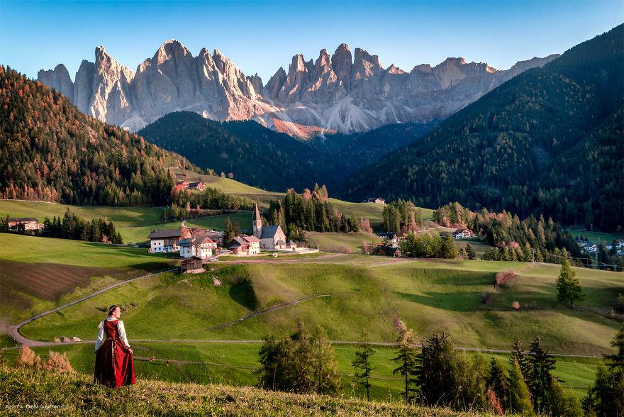 Στις Δολομιτικές Άλπεις με την παραδοσιακή φορεσιά της Ιταλίας.