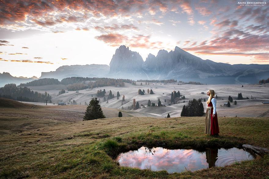 Στις Δολομιτικές Άλπεις με την παραδοσιακή φορεσιά της Ιταλίας. Photo Credits: Anita Demianowicz