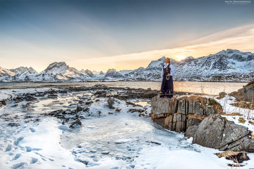 Στα νησιά Λοφότεν με την παραδοσιακή φορεσιά της Νορβηγίας.