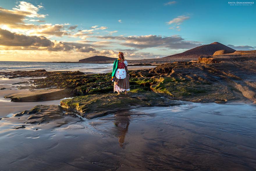 Στην Τενερίφη με την παραδοσιακή φορεσιά της