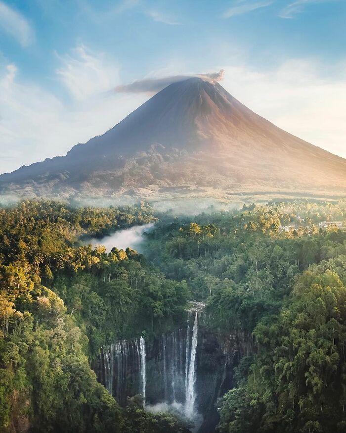 Το ηφαίστειο και οι καταρράκτες του Tumpak Sewu, στην Ινδονησία. Photo Credits: Davide Anzimanni