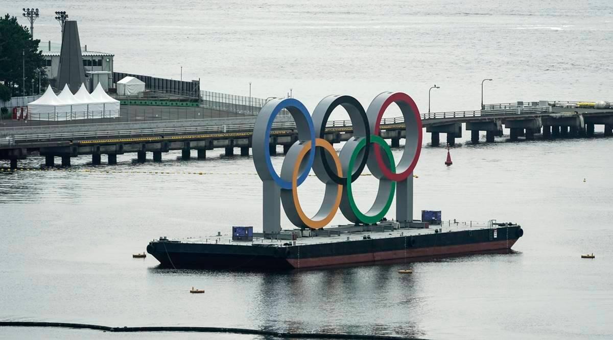 Τα Ολυμπιακά Στεφάνια πάνω σε ένα ρυμουλκό, στο θαλάσσιο πάρκο Odaiba στο Τόκιο. Photo Credits: Associated Press