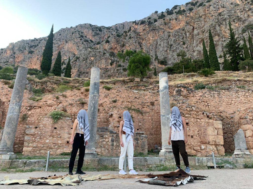 «Ρίζωμα – Ρέκβιεμ για τον μη-τόπο», του Σπύρου Κουβαρά στον Αρχαιολογικό Χώρο των Δελφών