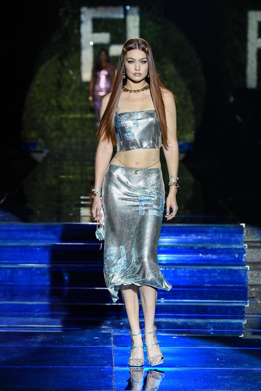 Τζίτζι Χαντίντ. Photo Credits: Versace and Fendi