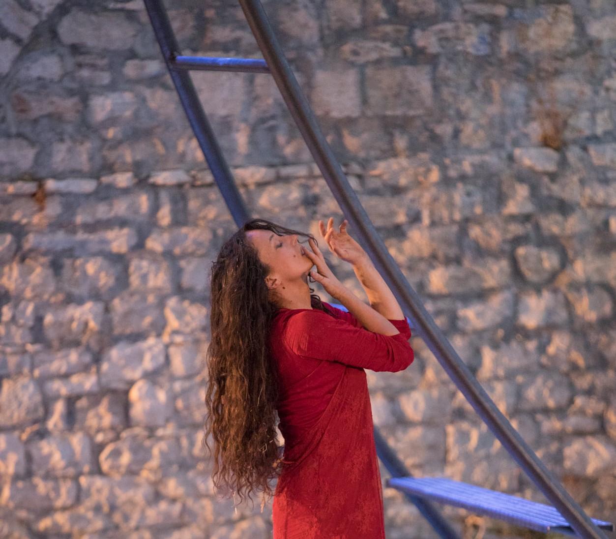 Το Γεφύρι της Άρτας σε σκηνοθεσία Μαριάννας Κάλμπαρη στο Βεάκειο Δημοτικό Θέατρο