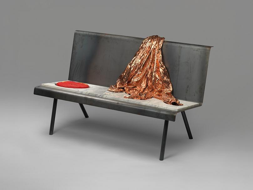 Βασίλης Παπαγεωργίου, Together we don't stand (I), 2021. Μέταλλο, επιχαλκωμένο ύφασμα, μάρμαρο, κεραμικά, ύφασμα, τσιμέντο, μπρούτζος, αλουμίνιο, 140 x 80 x 85 εκ. Παραχώρηση του καλλιτέχνη. Παραγωγή της Μπιενάλε της Αθήνας. Φωτογραφία: Στάθης Μαμαλάκης.