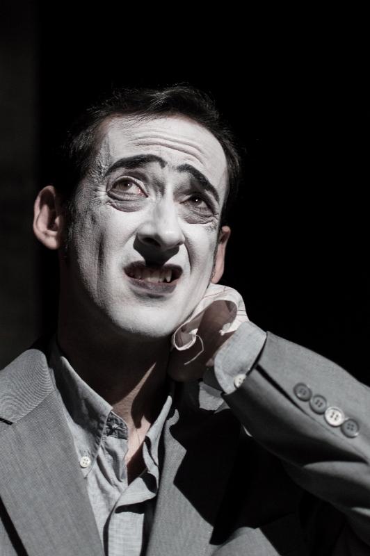 Ο mπάτλερ από τη θεατρική ομάδα Splish-Splash στο Χυτήριο