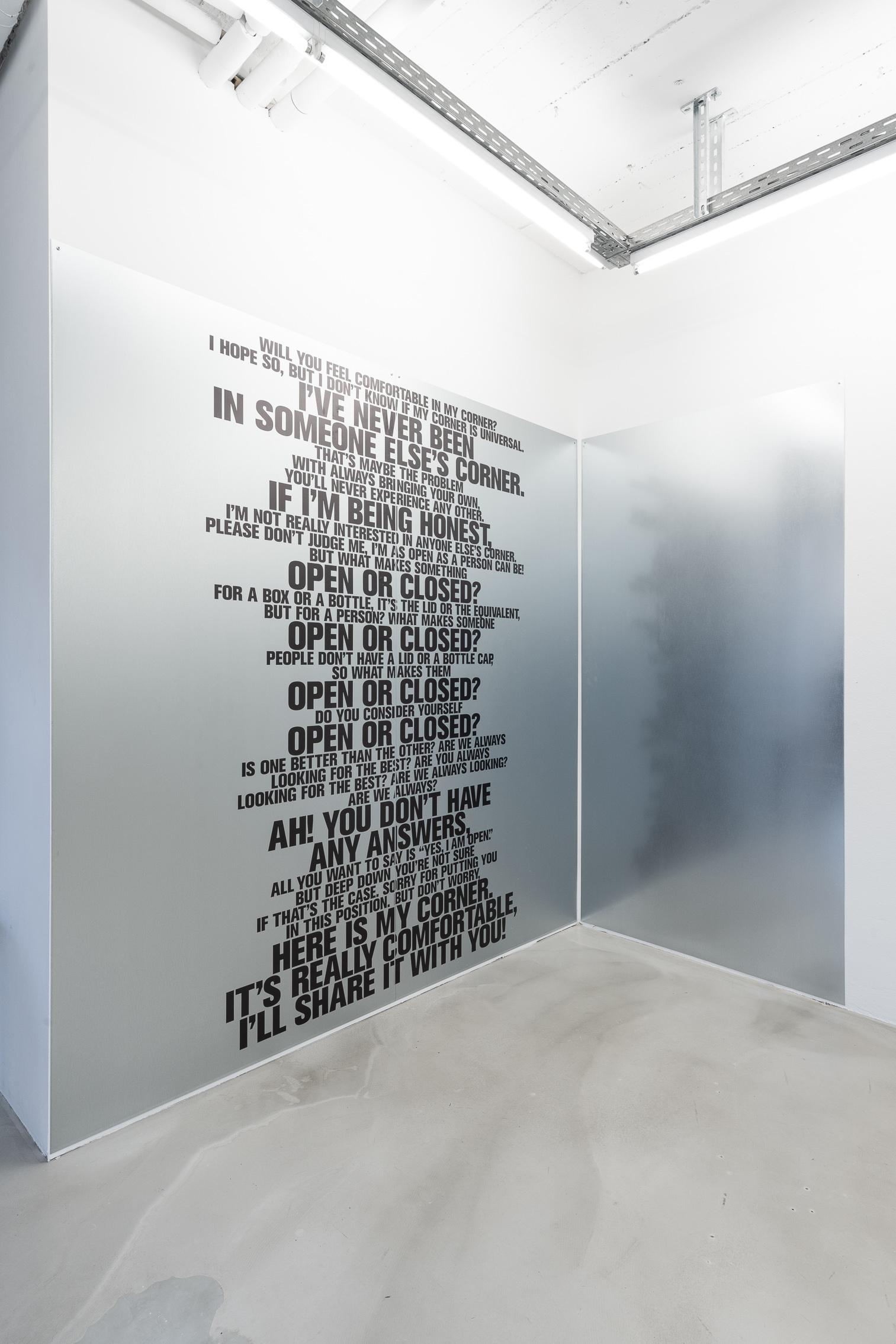 Ndayé Kouagou, Are you always?, 2020. Εκτυπωμένο βινύλιο, μεταλλικές πλάκες, 250 x 250 εκ. Παραχώρηση του καλλιτέχνη και της γκαλερί Nir Altman, Μόναχο