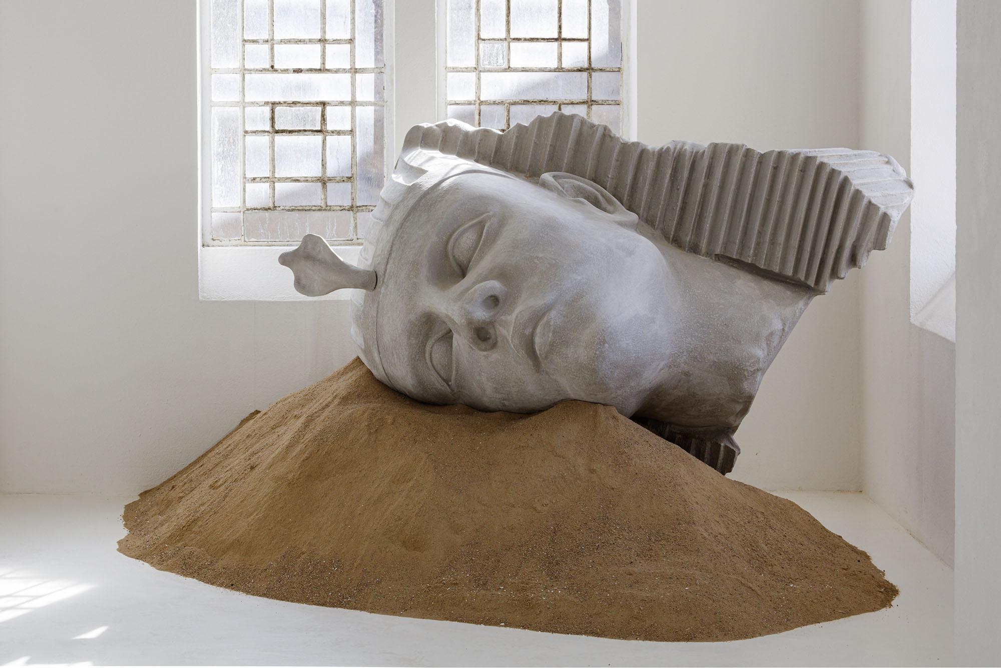 "Zuzanna Czebatul, Their New Power (Head), 2020. Πολυαιθυλένιο, ακρυλικό και άμμος, 150 x 240 x 170 εκ. Άποψη από την έκθεση ""The Singing Dunes of Zuzanna Czebatul"", CAC-La synagogue de Delme, 2020. Φωτογραφία: O.H. Dancy. Παραχώρηση της καλλιτέχνιδας."