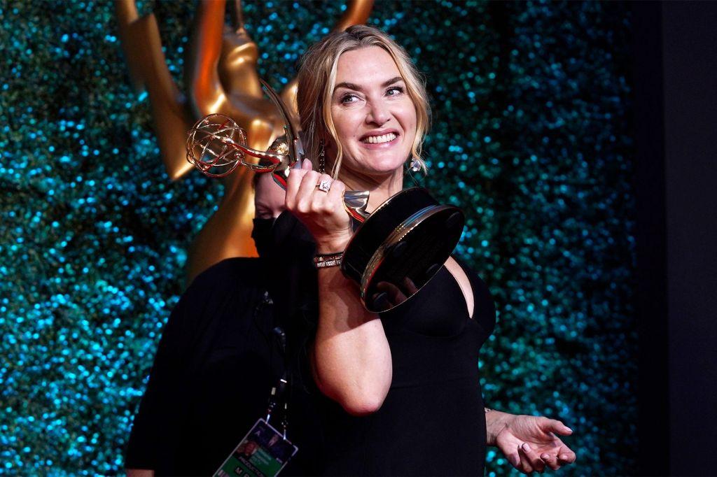Η Kate Winslet παραλαμβάνει το βραβείο Emmy της, photo credits: Chris Pizzello/Invision/AP/Shutterstock