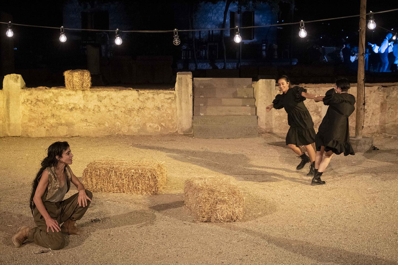 Γάλα, αίμα της Αλεξάνδρας Κ* σε σκηνοθεσία Γιάννου Περλέγκα στο Θέατρο Πέτρας