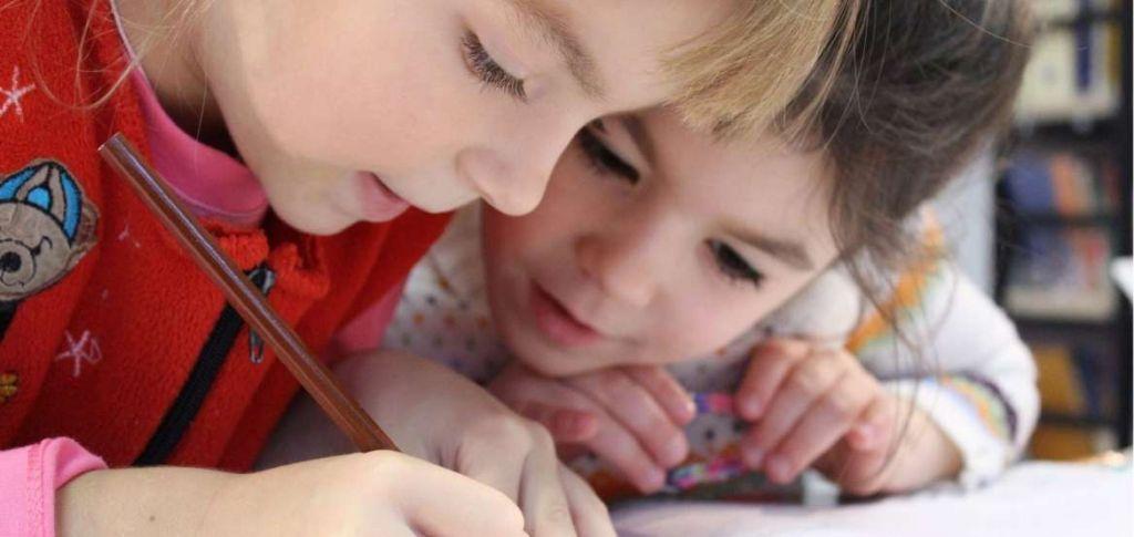 Παιδιά που ζωγραφίζουν (Πηγή: Pixabay)