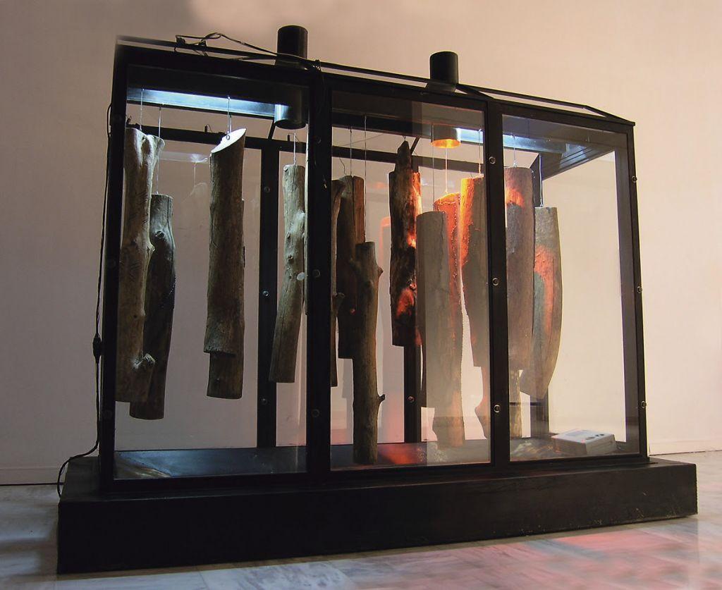«Σαράκι»,1990-2004,οργανική ύλη, σίδερο, γυαλί, νερό, ξύλο, ηλεκτρικό φως, θερμαντικές αντιστάσεις, 300 x 255 x 130εκ.