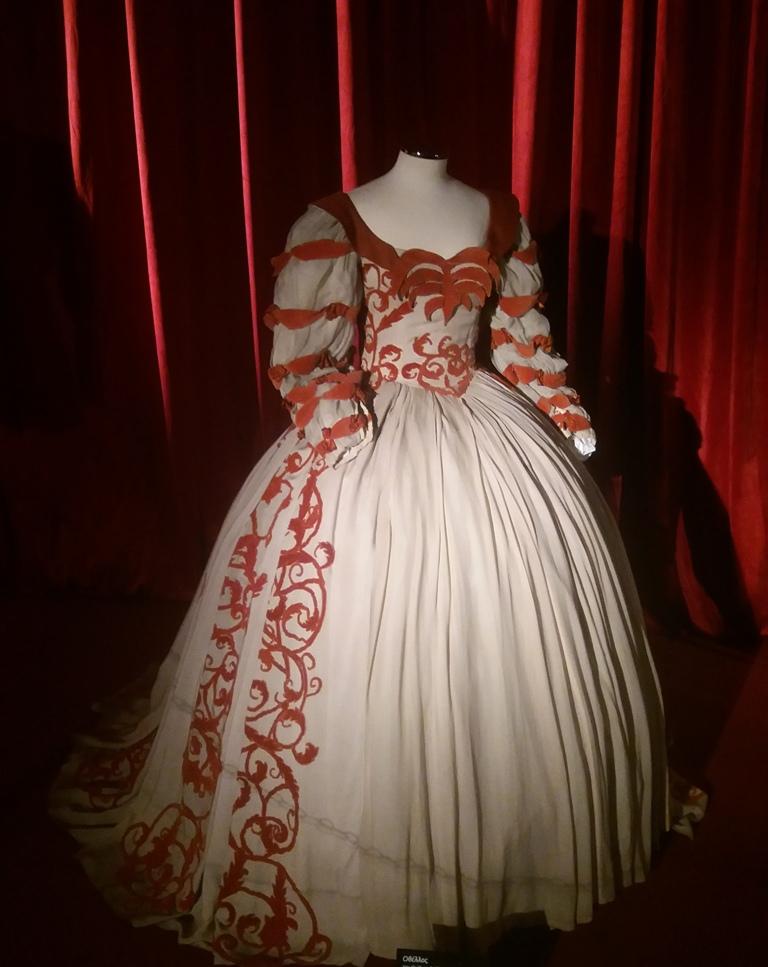 Το κουστούμι που φορούσε η ηθοποιός Άννα Συνοδινού ως Δυσδαιμόνα, στην παράσταση Οθέλλος του Ουίλιαμ Σαίξπηρ.