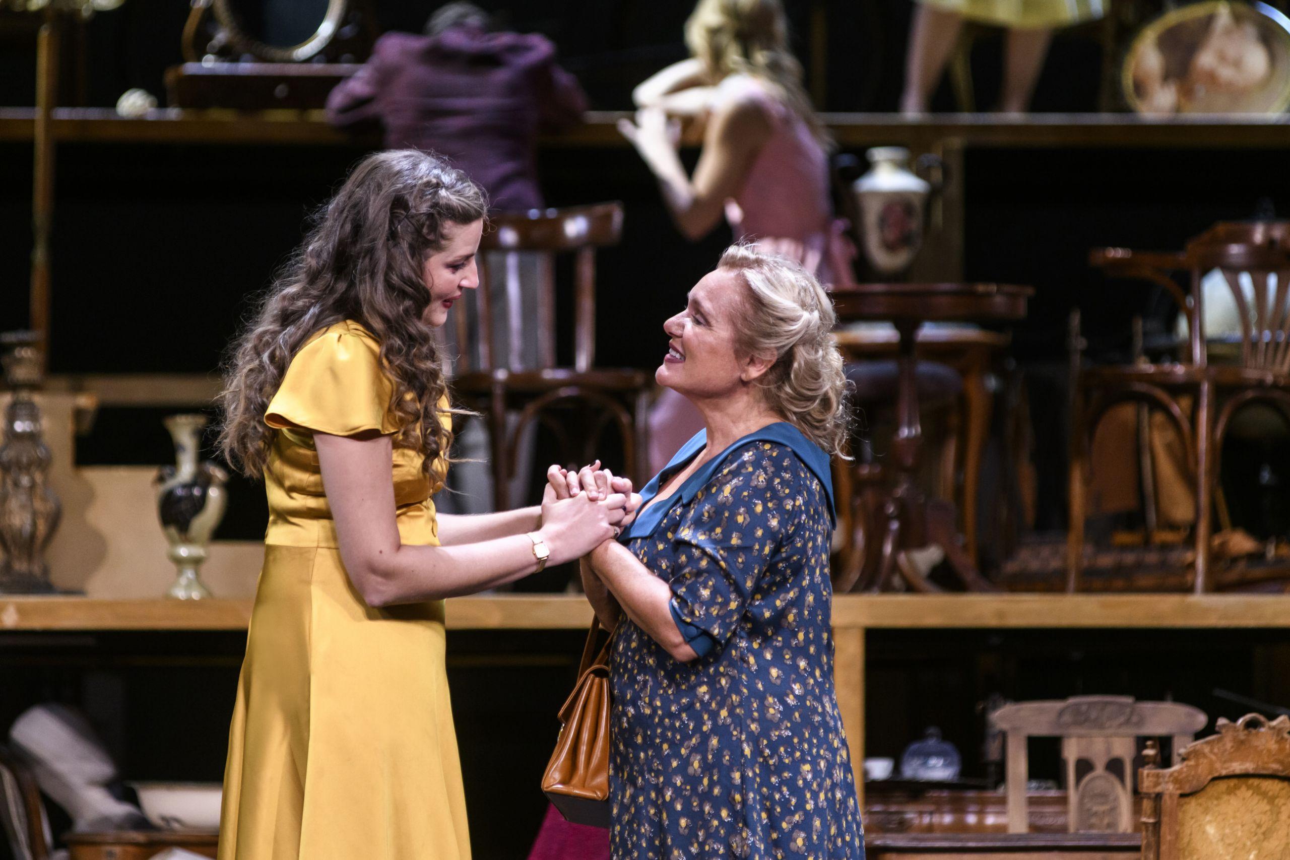 Μαρία Κίτσου και Μαρία Καβογιάννη στο Θέατρο Παλλάς, φωτογραφία: Ελίνα Γιουνανλή